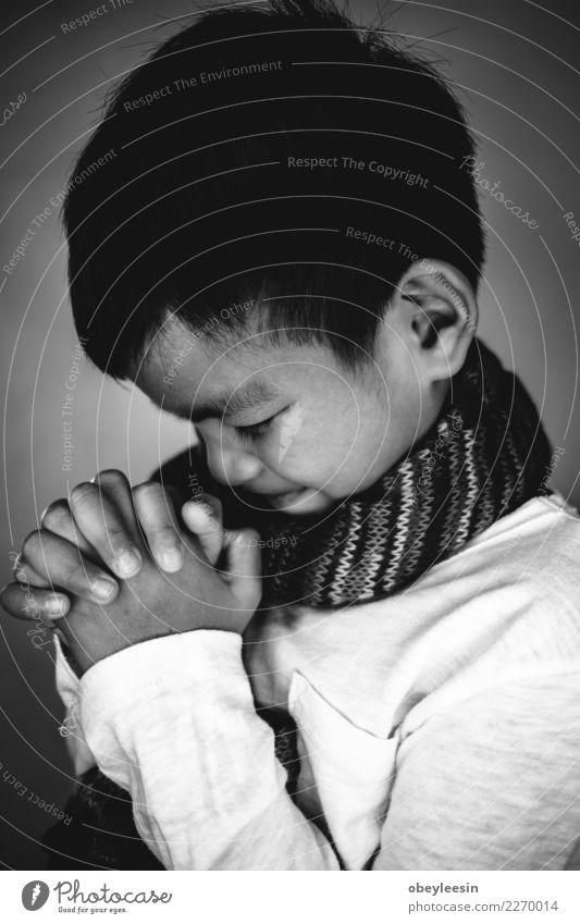 Nahaufnahme auf einem jungen Jungen beten, glauben Konzept Lifestyle lesen Mensch Mann Erwachsene Vater Hand Finger Buch Bibliothek Kirche Anzug Krawatte Papier