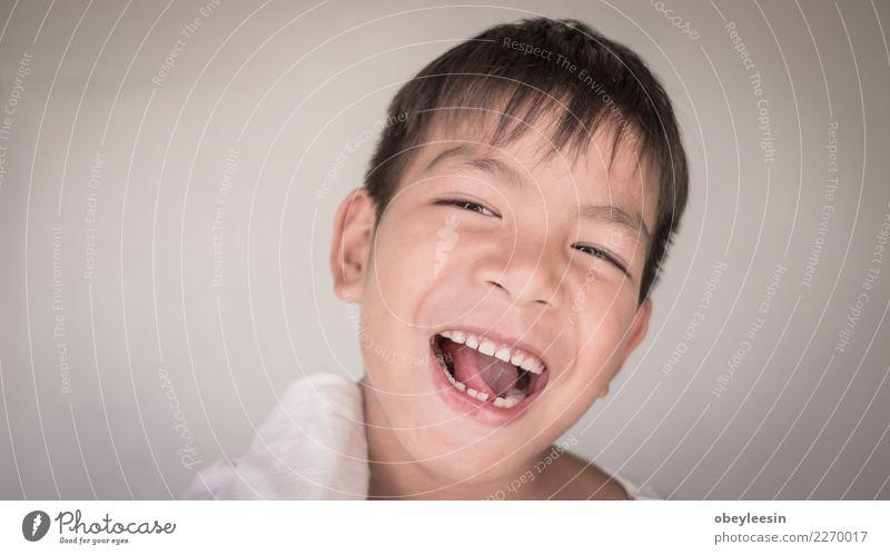 Schließen Sie herauf kleinen jungen asiatischen Jungen des Gesichtsporträts Kind Mann blau schön weiß Freude Erwachsene lustig Gefühle Stil lachen Glück grau