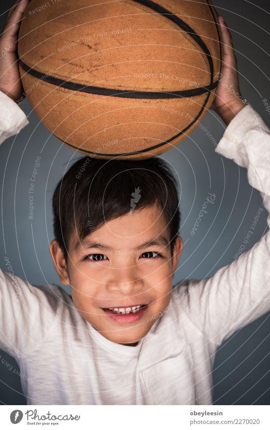 Close up Gesicht Porträt wenig Kind Mann blau schön weiß Freude Erwachsene lustig Gefühle Stil lachen Junge klein Glück grau
