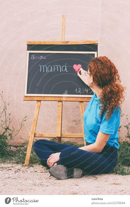 Junger Lehrer in einer Klasse im Freien Lifestyle lesen Handarbeit Muttertag Bildung Kindergarten Schule lernen Tafel Arbeit & Erwerbstätigkeit Beruf Mensch