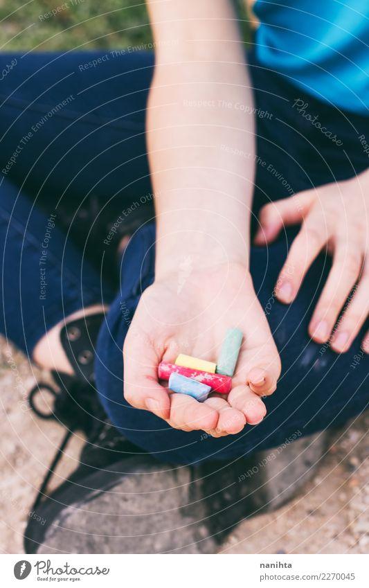 Hand, die Farbkreiden hält Lifestyle Design Kindererziehung Bildung Kindergarten Schulkind Schüler Lehrer Mensch feminin androgyn Junge Frau Jugendliche 1