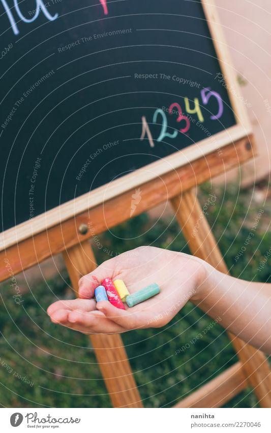 Hand, die Kreide in einer Schullektion hält Lifestyle Design Freizeit & Hobby Kindererziehung Bildung Kindergarten Schule Tafel Schulkind Schüler Lehrer Mensch