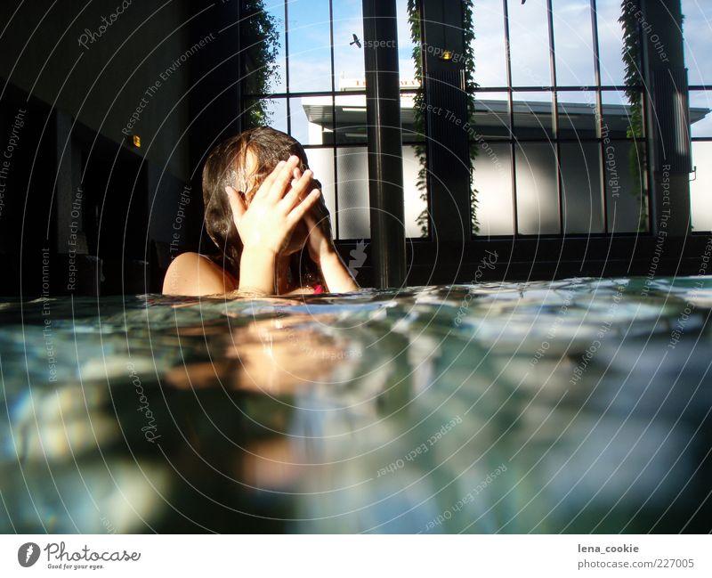 schwimmbad feminin Mädchen Hand 1 Mensch 8-13 Jahre Kind Kindheit Schwimmbad Wasser tauchen grün Reinheit Freizeit & Hobby Farbfoto Innenaufnahme