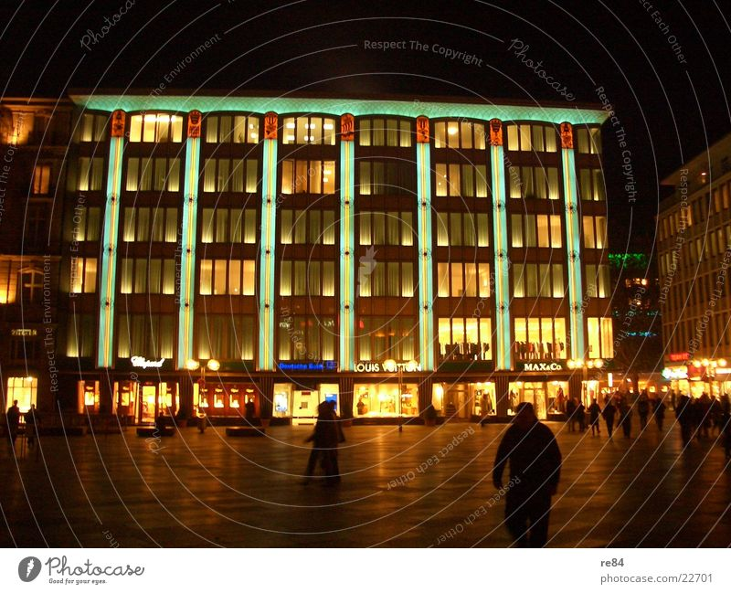 festtagsbeleuchtung in köln Haus dunkel Spielen Fenster Gebäude hell Stimmung Beleuchtung Architektur Glas verrückt Köln erleuchten Dom Plattenbau knallig