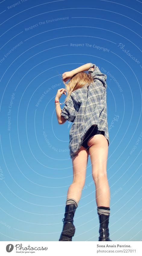 blau. Mensch Jugendliche schön Erwachsene feminin Erotik Bewegung Haare & Frisuren springen Beine blond Aktion Lifestyle 18-30 Jahre Gesäß Junge Frau