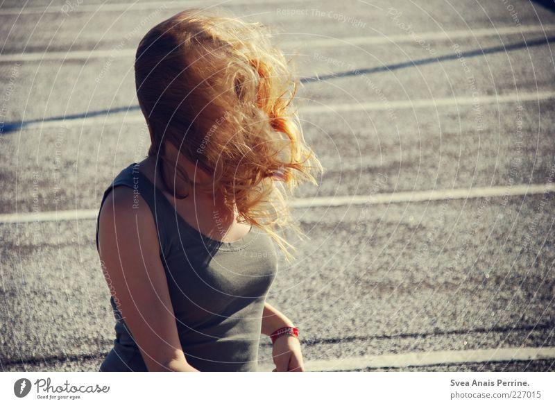 windig. feminin Junge Frau Jugendliche Erwachsene Brust 1 Mensch 18-30 Jahre Asphalt T-Shirt Haare & Frisuren blond langhaarig leuchten außergewöhnlich schön