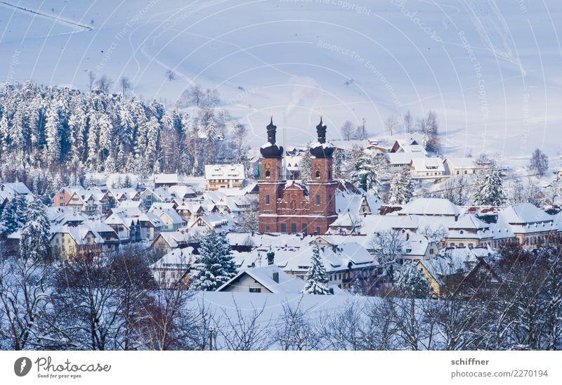 Winterkitsch gefällig? Landschaft Baum Haus kalt Schnee Schneefall Eis Kirche fantastisch Frost Dorf Kitsch Schneelandschaft Kirchturm Klischee
