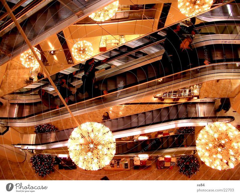 im kaufhaus Kaufhof Kaufhaus Licht Rolltreppe Lichterkette Bündel Verkehr Leben Architektur Kaufland Karstadt Rollen Treppe Mensch beleben einkaufen kaufen