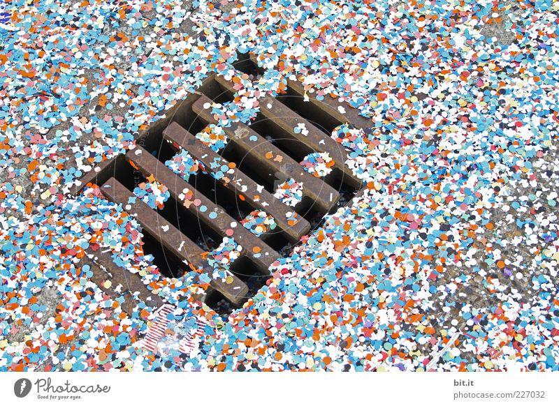 Konfetti blau Straße liegen Fröhlichkeit Papier Boden Bodenbelag unten chaotisch Abfluss Gully bedeckt Konfetti Kanal Strukturen & Formen Kanalisation