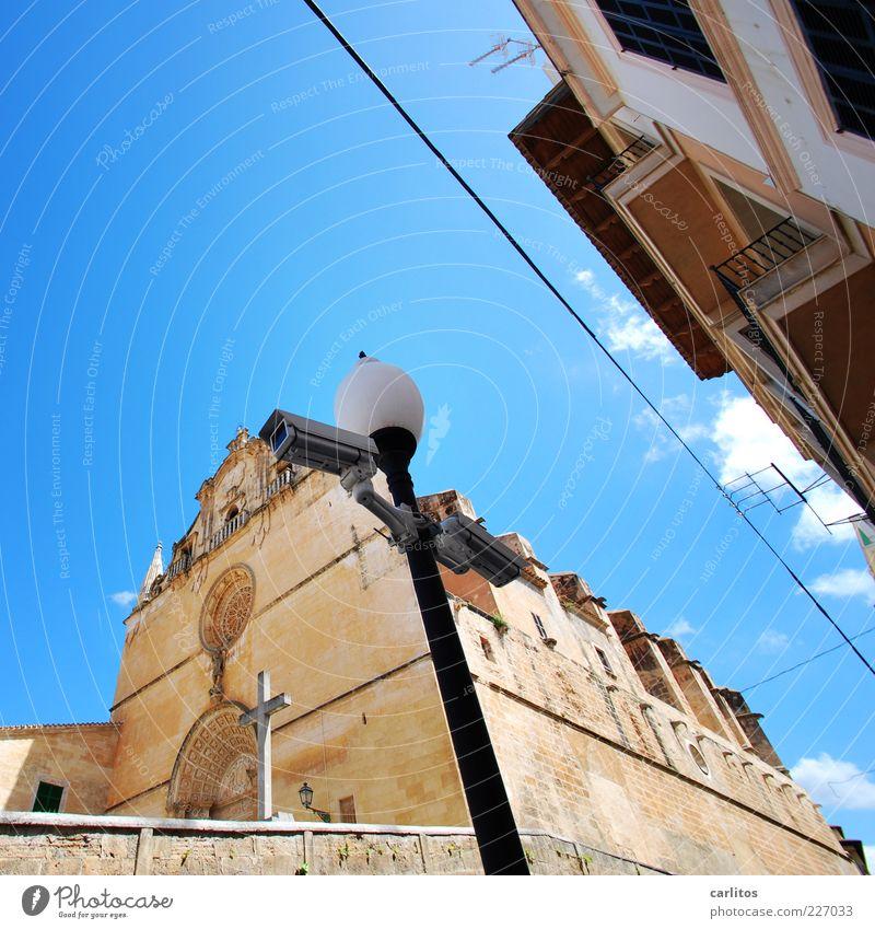 Gott sieht dich auch hier Himmel Sommer Schönes Wetter Wärme Kleinstadt Altstadt Kirche Bauwerk Mauer Wand Fassade Sehenswürdigkeit beobachten alt ästhetisch