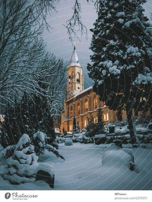 winterland Dorf Kirche kalt Christliches Kreuz Christentum Winter Schnee Friedhof Kirchturm Weihnachten & Advent Glaube Erzgebirge Katholizismus erleuchten