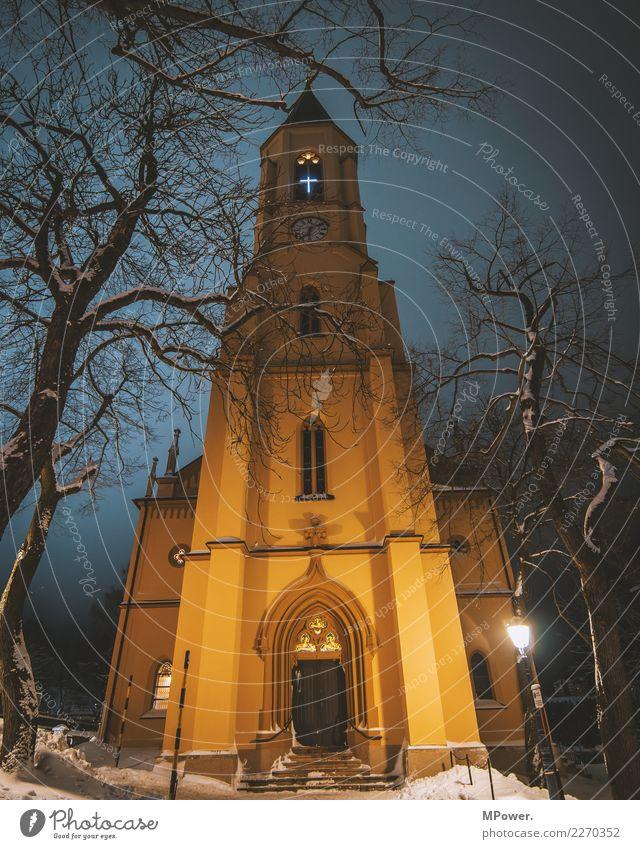 gotteshaus Dorf Kirche Dom Turm Fassade historisch hoch Hoffnung Religion & Glaube Winter Christliches Kreuz Katholizismus Christentum Gotteshäuser Gottesdienst