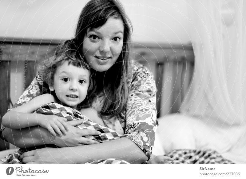 Mensch Kind Erwachsene Liebe Junge Familie & Verwandtschaft Zusammensein Kindheit Zufriedenheit Fröhlichkeit Häusliches Leben Mutter Eltern Bett Kommunizieren Warmherzigkeit