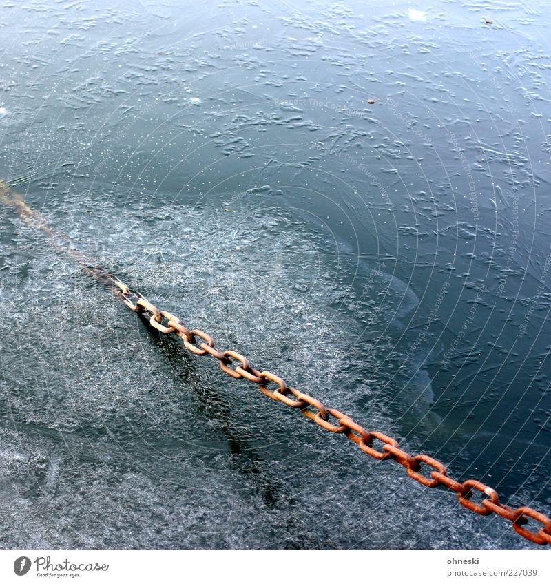 Kälte Urelemente Wasser Winter Eis Frost Kette Kettenglied fest kalt Befestigung Halterung Farbfoto Außenaufnahme Textfreiraum oben Reflexion & Spiegelung Rost