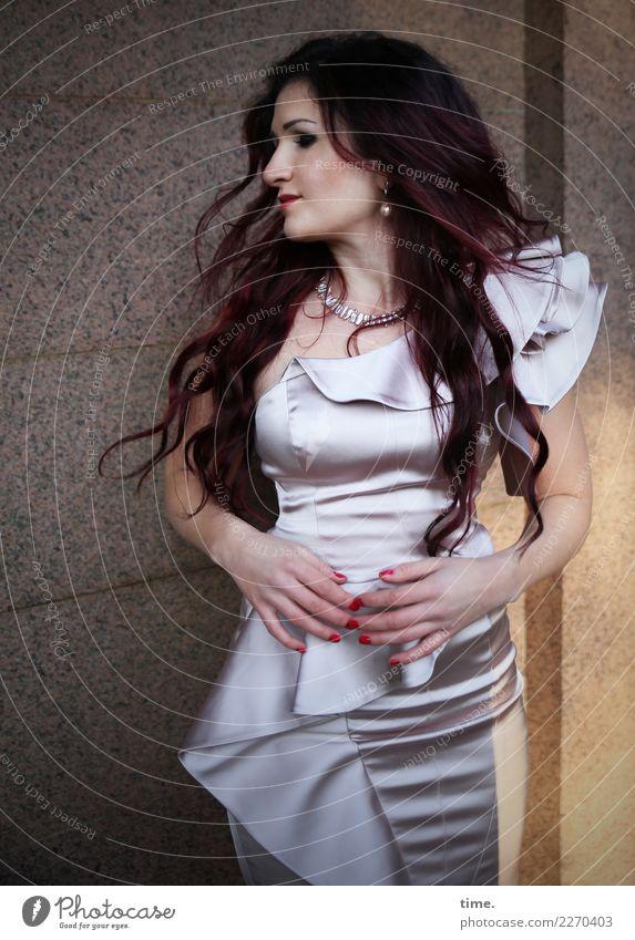 . Frau Mensch schön Erwachsene Wand feminin Bewegung Mauer modern elegant ästhetisch stehen beobachten Neugier festhalten Kleid