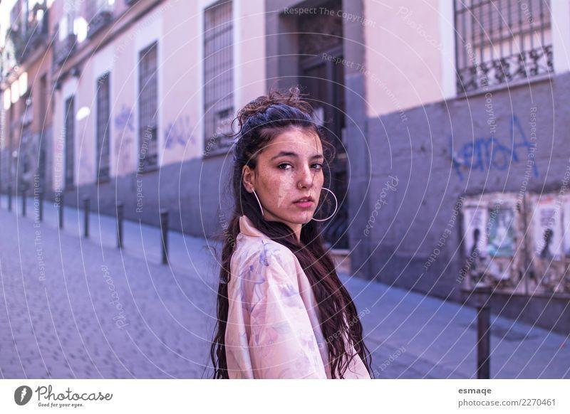Mensch Stadt Lifestyle Wand Gefühle feminin Stil Mauer Freiheit Mode ästhetisch Abenteuer Armut beobachten Beratung chaotisch