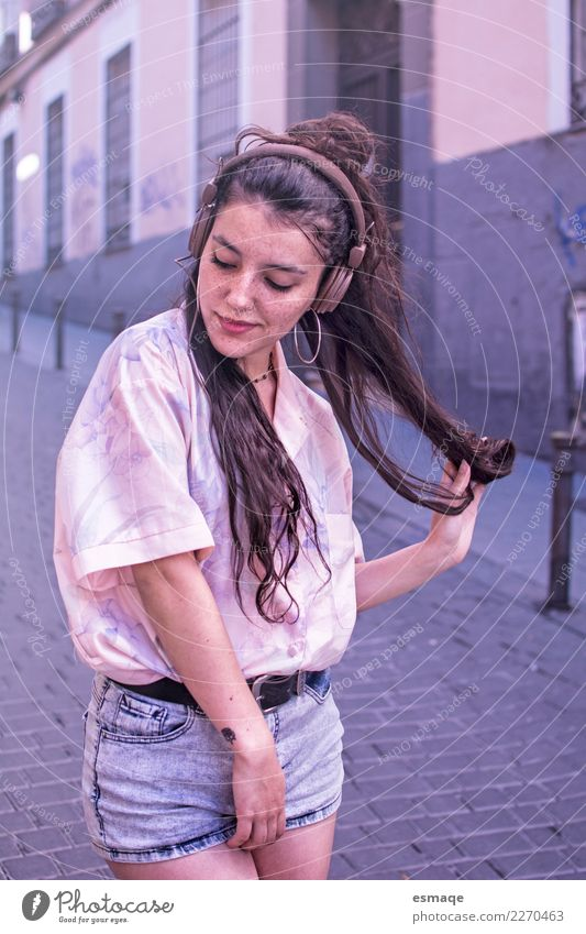 Junge Frau hört Musik mit Kopfhörern Lifestyle Freude Freizeit & Hobby Mensch feminin Jugendliche Tanzen Jugendkultur Musik hören Dorf Kleinstadt Stadt Mauer
