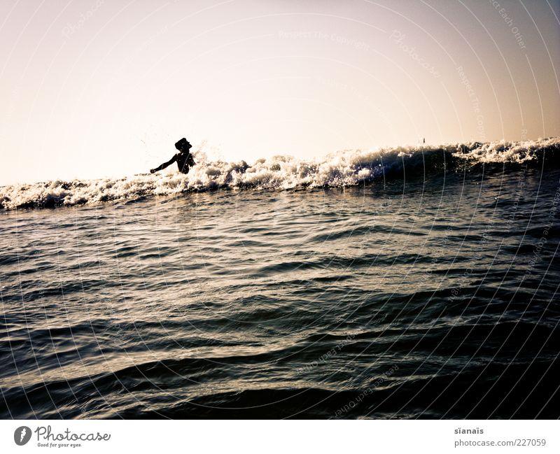 holloway...wer? Mensch Mann Ferien & Urlaub & Reisen Meer Sommer Erwachsene Freiheit Bewegung Wellen Schwimmen & Baden maskulin Tourismus Sommerurlaub Blick Junger Mann