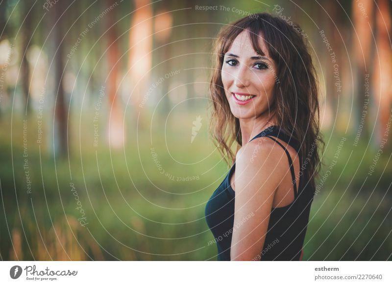 lächelnde Frau im Wald Lifestyle elegant Freude schön Wellness Mensch feminin Junge Frau Jugendliche Erwachsene 1 30-45 Jahre Natur Feld fangen Lächeln