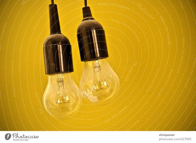 Zwei traditionelle Glühbirnen Lampe Energiewirtschaft Energiekrise Licht Farbfoto Innenaufnahme Textfreiraum rechts Freisteller Hintergrund neutral hängend