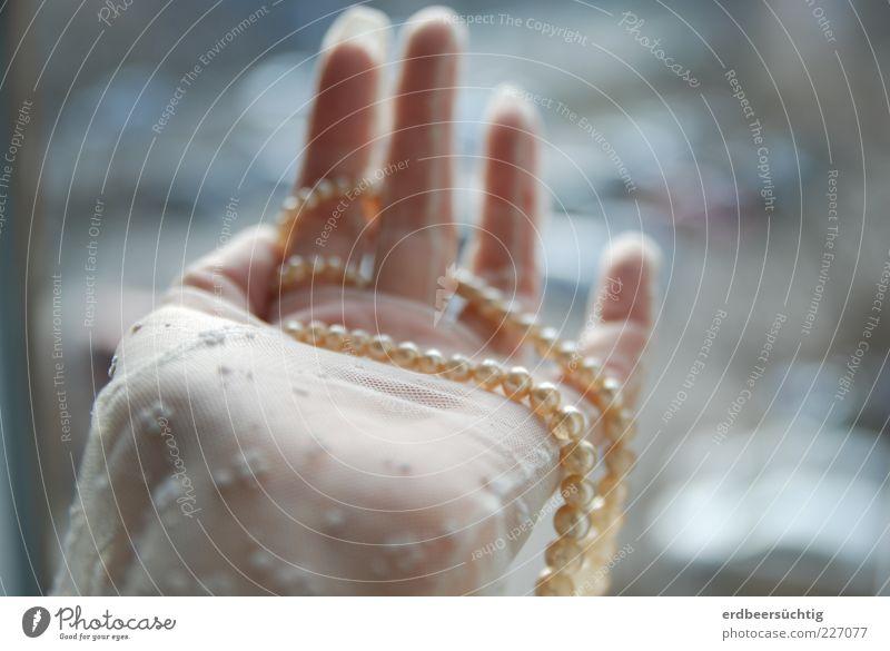Tand mit Menschenhand weiß Hand feminin Feste & Feiern glänzend Finger rund Stoff zart zeigen Spitze Braut Vorfreude Handschuhe Schmuck Frau