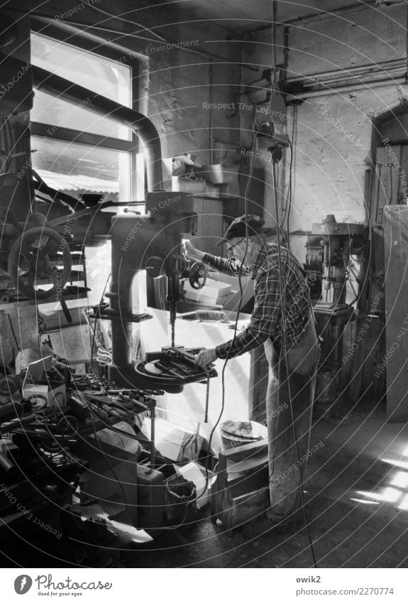Mittelstand Arbeit & Erwerbstätigkeit Beruf Schmied Schmiede Bohrmaschine maskulin Mann Erwachsene Männlicher Senior 1 Mensch 60 und älter Mauer Wand Fenster