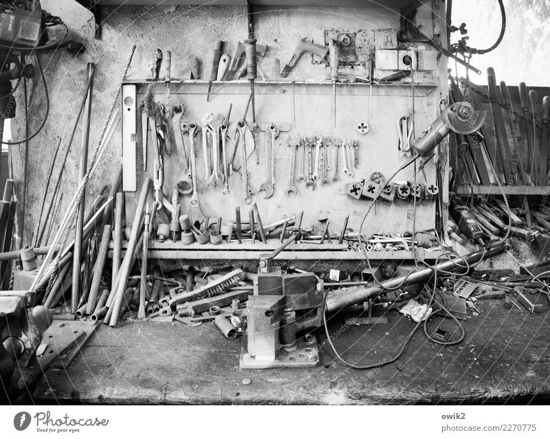 Ordnungshalber Schmiede Hobelbank Werkzeug Mauer Wand Sammlung Dinge Schlüssel Schraubenschlüssel Bohrer Stab Eisenstangen Wasserwaage Schneidewerkzeug Holz