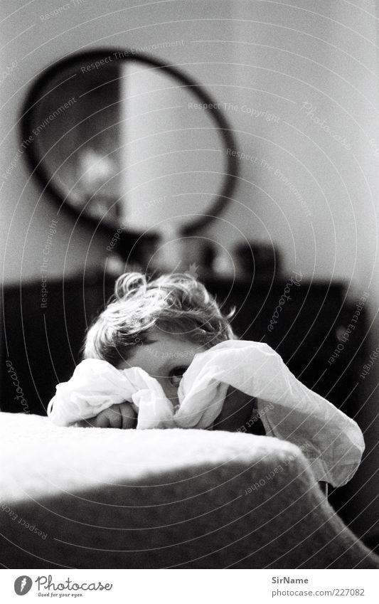 153 [Spiegelstadium] Kind Spielen Haare & Frisuren natürlich Kindheit nachdenklich niedlich beobachten Schutz Neugier verstecken entdecken Wachsamkeit Identität