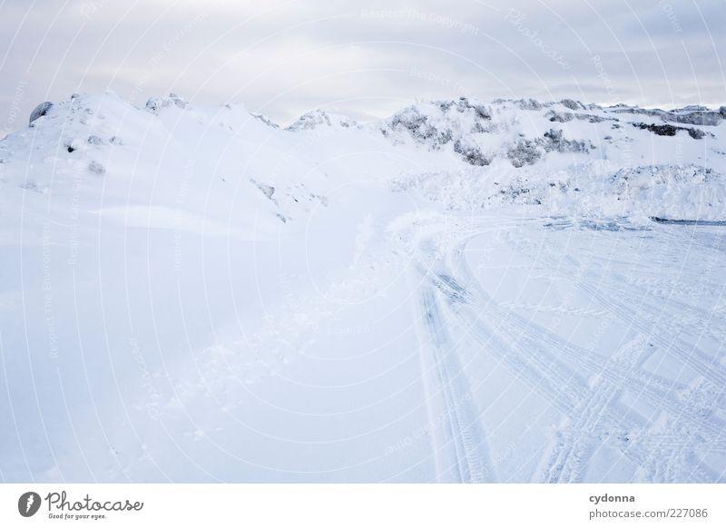 Alpenpanorama. Oder? Natur Winter ruhig Einsamkeit Ferne Straße Schnee Freiheit Umwelt Berge u. Gebirge Landschaft Wege & Pfade träumen hell Eis ästhetisch