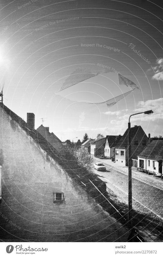 Guckloch Himmel alt Haus Wolken Fenster Wand Mauer Deutschland Fassade leuchten Horizont PKW trist Schönes Wetter kaputt Straßenbeleuchtung