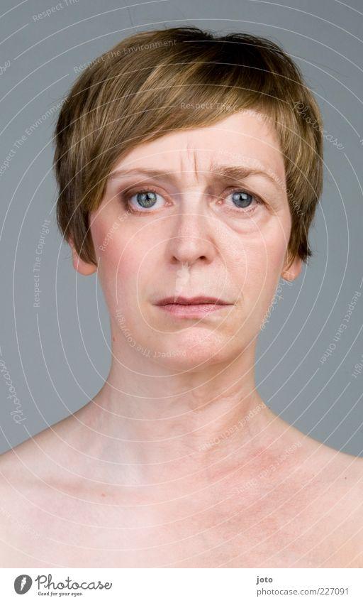 vergänglich Frau blau schön Einsamkeit Leben feminin Haare & Frisuren Erwachsene Traurigkeit 45-60 Jahre Hautfalten nachdenklich Gesichtsausdruck Sorge
