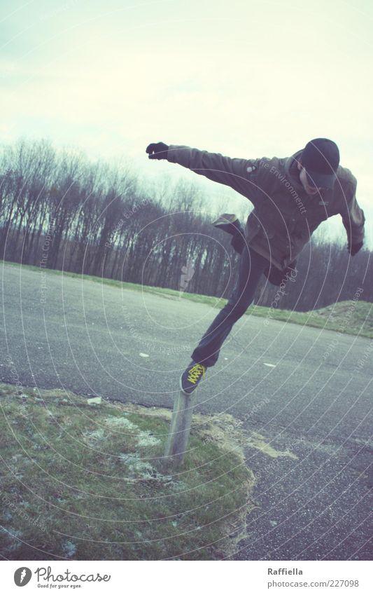 Ist die Luft nicht ein sehr gefährliches Element? Jugendliche grün blau Baum gelb Straße Wiese springen träumen Beine Fuß braun Arme fliegen stehen Asphalt
