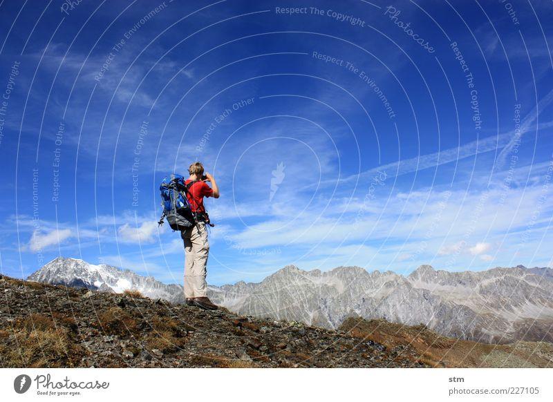 hinterm horizont... Mensch Himmel Natur Ferien & Urlaub & Reisen Mann Sommer Landschaft Wolken Ferne Umwelt Erwachsene Berge u. Gebirge Herbst Gras Freiheit