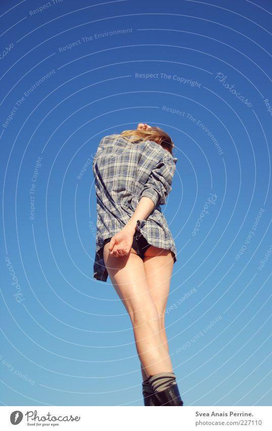sonnig. Lifestyle feminin Junge Frau Jugendliche Arme Gesäß Beine 1 Mensch 18-30 Jahre Erwachsene Bekleidung Hemd Unterwäsche blond dünn schön Erotik