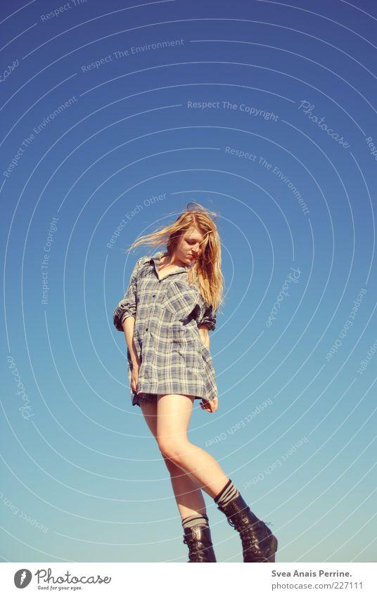 tanz der revolution. Mensch Jugendliche Erwachsene feminin Gefühle Beine träumen blond Lifestyle 18-30 Jahre Körperhaltung dünn Junge Frau lang Hemd Stiefel
