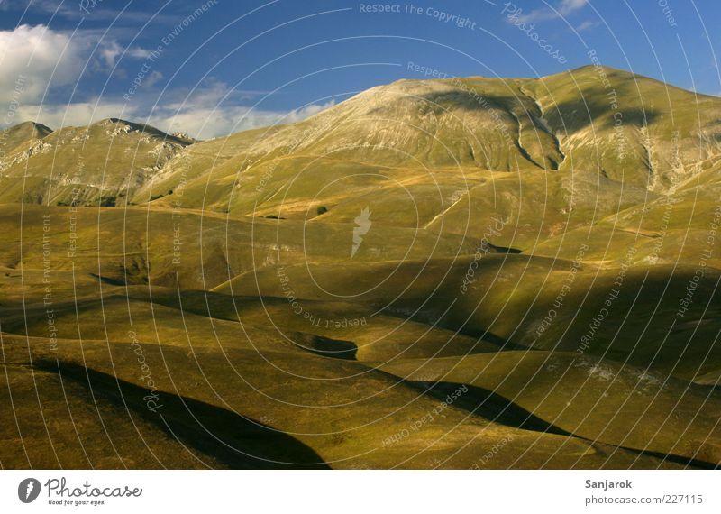Freedom between earth and sky Natur grün blau Wolken ruhig Einsamkeit Ferne Umwelt Berge u. Gebirge Landschaft hoch frei Hügel Unendlichkeit Idylle Berghang