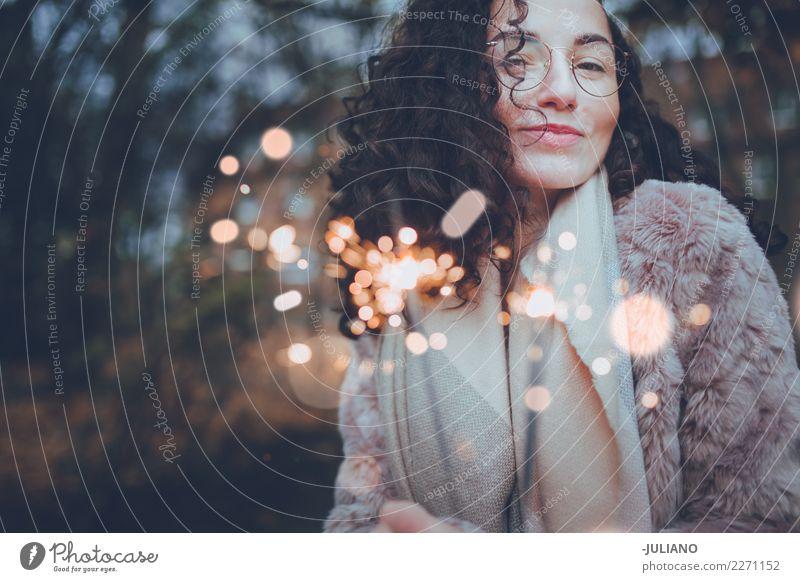 Junge Frau, die gute Zeit mit Wunderkerzen tanzt und hat Lifestyle Stil Freude Silvester u. Neujahr Party Feste & Feiern Tanzen Mensch feminin Jugendliche