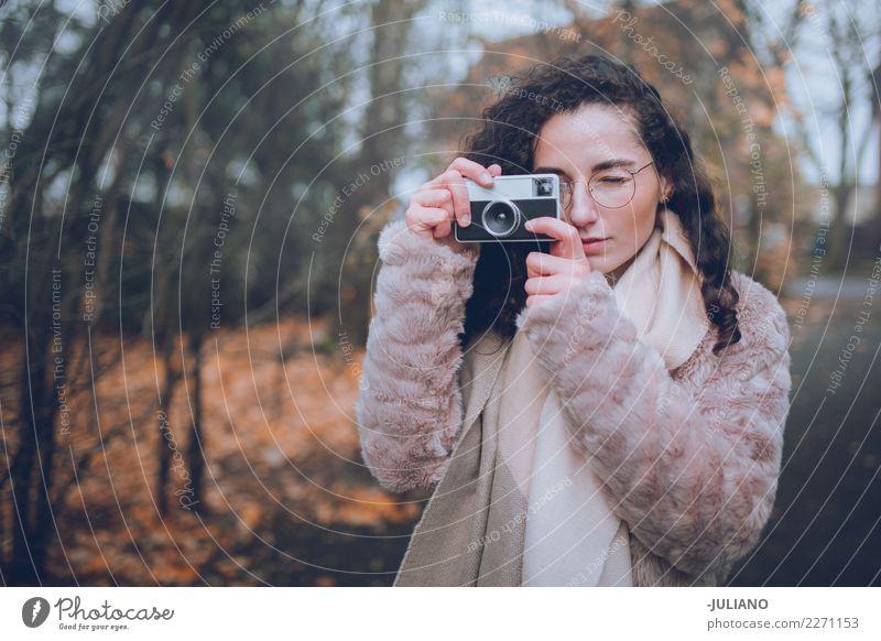 Junge Frau macht Fotos mit Retro-Kamera Mensch Jugendliche Stadt schön Freude Winter Erwachsene Lifestyle Stil Mode Stimmung Freizeit & Hobby maskulin elegant
