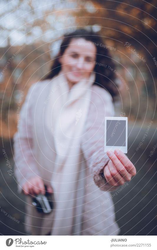 Schließen Sie oben vom Polaroid, das von einer jungen Frau im Fall gehalten wird Mensch Jugendliche Junge Frau Winter 18-30 Jahre Erwachsene Leben Lifestyle