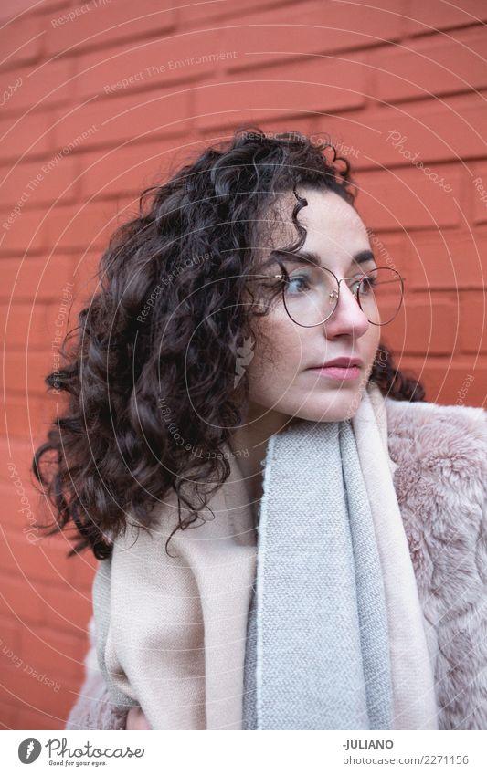 Junge stilvolle Frau mit Schal und Pelzkleidung Mensch Jugendliche Junge Frau Freude 18-30 Jahre Erwachsene Lifestyle Liebe feminin Stil Glück Mode Denken
