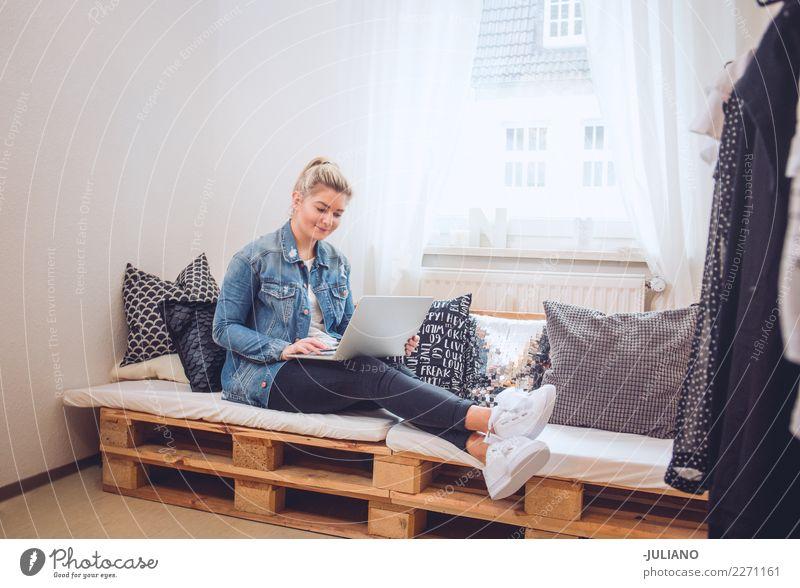 Junge Frau, die auf diy Couch mit Notizbuch sitzt Lifestyle kaufen Freizeit & Hobby Innenarchitektur Sofa Raum Wohnzimmer Handy Technik & Technologie
