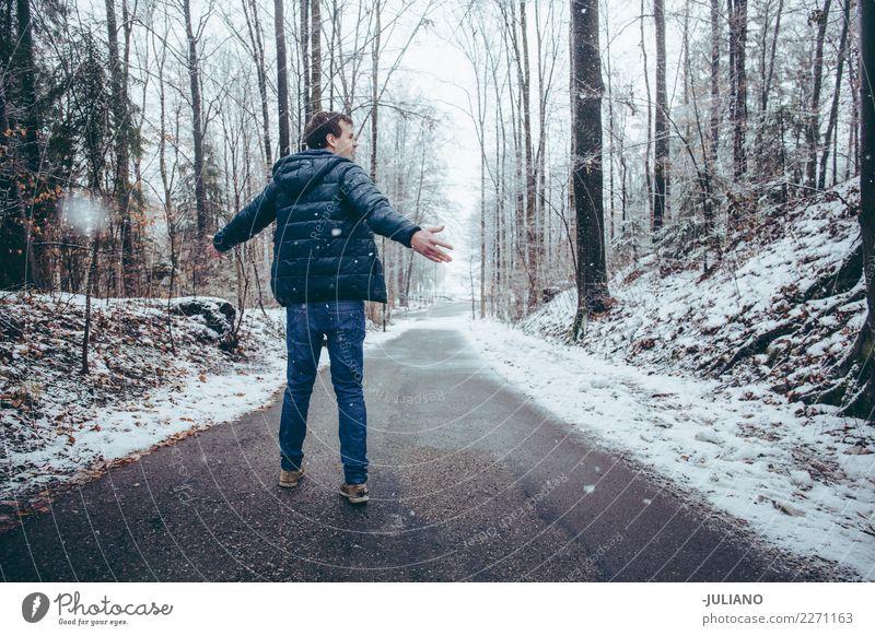 Junger Mann tanzt in den Schnee Freizeit & Hobby Ferne Freiheit Winter Winterurlaub 1 Mensch 18-30 Jahre Jugendliche Erwachsene Wetter Wind Schneefall Gefühle
