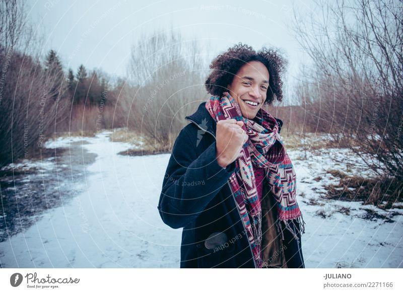 Junger Mann hält seine Faust hoch Ferne Freiheit Winterurlaub Berge u. Gebirge Mensch maskulin Jugendliche Erwachsene 18-30 Jahre Denken Fitness Jagd kämpfen
