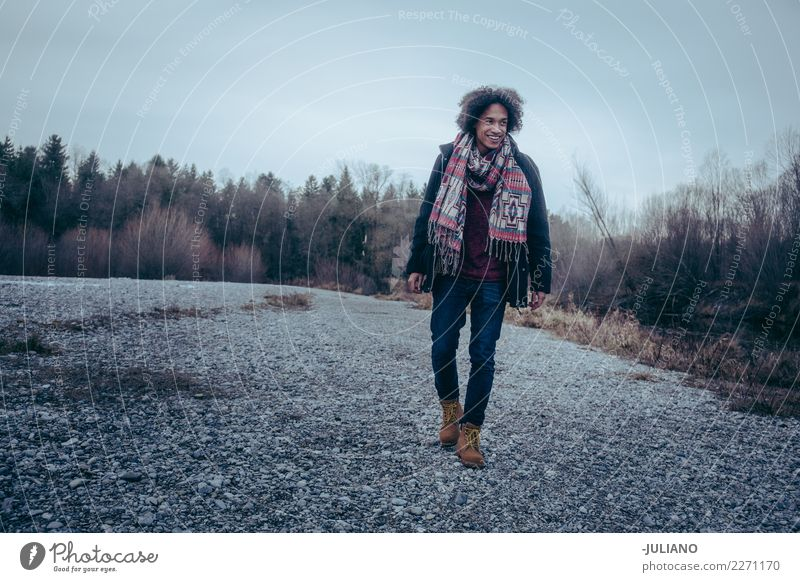 Junger Mann macht einen Spaziergang im Winter Lifestyle Freizeit & Hobby Ferne Freiheit Winterurlaub Mensch maskulin Jugendliche 1 18-30 Jahre Erwachsene Eis