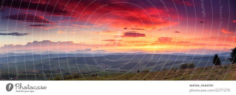 Panoramaberglandschaft bei Sonnenuntergang. Tal bei Sonnenaufgang. Himmel Natur Ferien & Urlaub & Reisen Himmel (Jenseits) blau Sommer grün Landschaft rot
