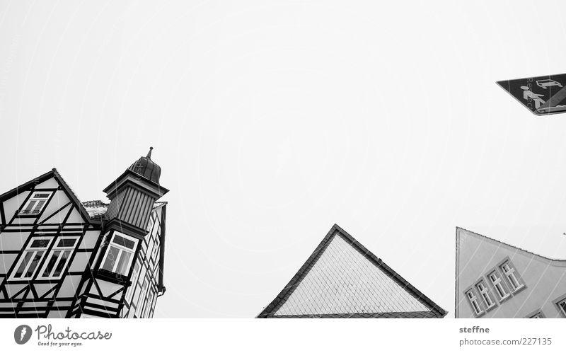 Baumkuchenspitzen Himmel Haus Deutschland Dach Spitze Dorf Verkehrsschild Kleinstadt Dachgiebel Schwarzweißfoto Fachwerkfassade Erker Giebelseite Erkerfenster