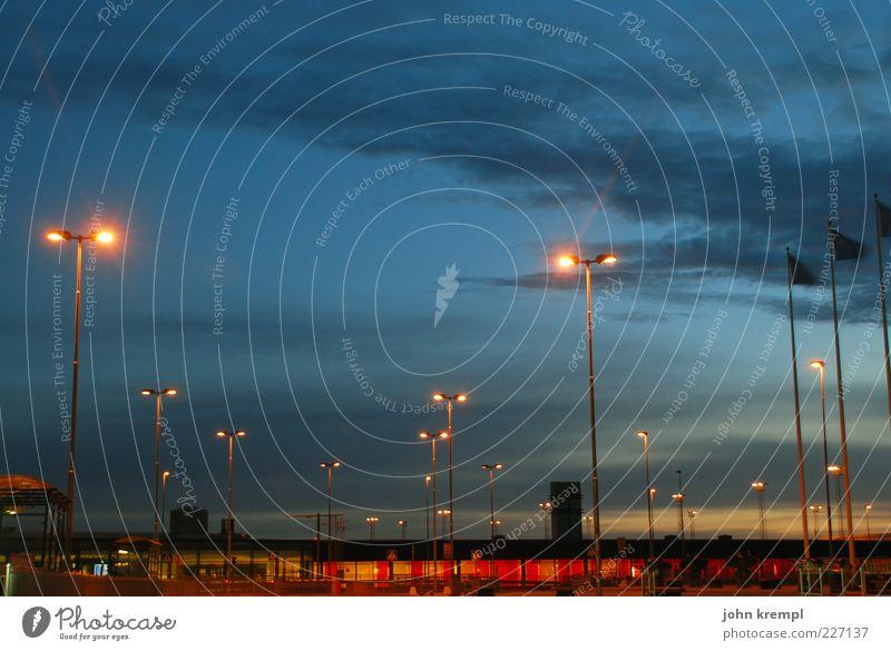 arlanda 4:20 Himmel blau rot Ferien & Urlaub & Reisen Wolken Luftverkehr Reisefotografie leuchten viele Flughafen Straßenbeleuchtung Fernweh Nachthimmel Heimweh Stockholm Beleuchtung