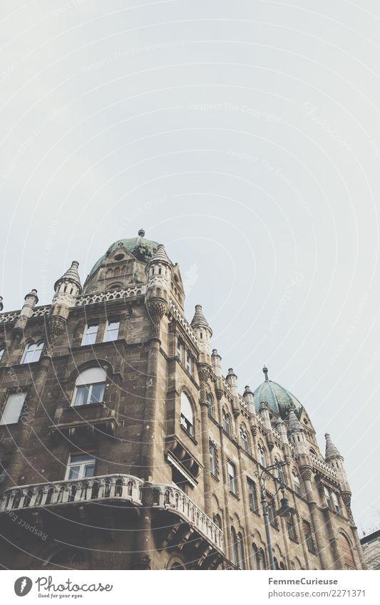 Magnificent residential building in Budapest Stadt Hauptstadt Fassade Balkon Häusliches Leben Verfall Architektur prächtig Gebäude Turm Himmel bedeckt