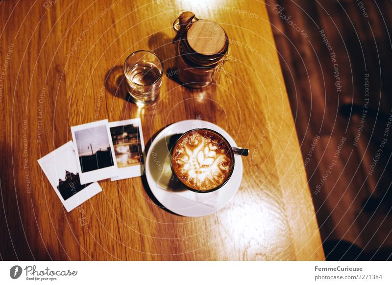 Instant pictures and coffee on wooden table Frühstück Kaffeetrinken Getränk Freizeit & Hobby Kaffeetasse Cappuccino Sofortbildkamera Polaroid Holztisch