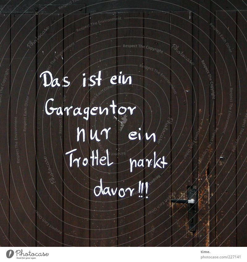 Dezenter Hinweis Hütte Tor Tür Holz braun Garage Garagentor Buchstaben Redewendung Reim Griff vertikal parallel Ansage Warnhinweis Warnung Parkplatz Dummkopf